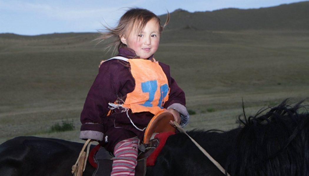 Монголиядә 3-5 яшьлек сабыйлар кәҗә савып, зурларча эшләп үсә
