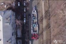 Космонавтика көнендә укучылар ракета формасына тезелеп, флешмоб ясаган [видео]
