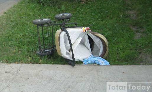 """Казанда """"зебрада"""" юл бирмәгән ир машинасы белән дүрт айлык бала яткан колясканы бәрдерә"""
