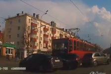 Казанда трамвай 3 машинаны берьюлы бәрә [видео]