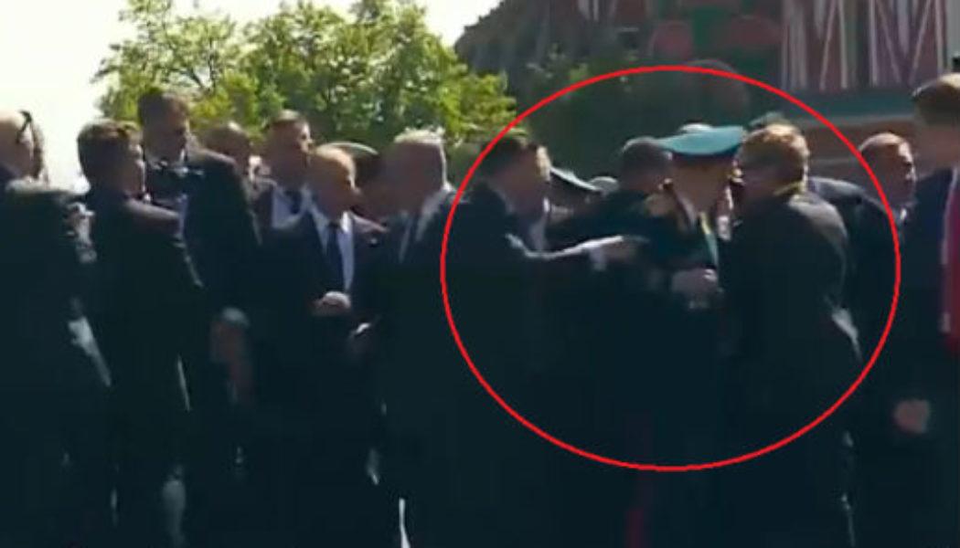Путин ветеранны үзенең тән сакчыларыннан яклый [видео]