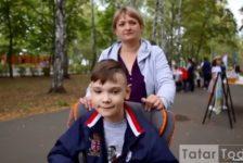 """Ялгызы инвалид бала үстерүче ана: """"Башта кырын карашлар күп иде"""" [видео]"""