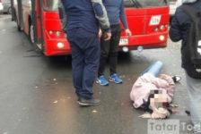 Казанда автобус тәгәрмәче астына яшь хатын белән ике яшьлек бала эләгә [фото]