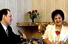 Асаф Вәлиев Сәкинә Шәймиева белән төшкән видеосын күрсәтә