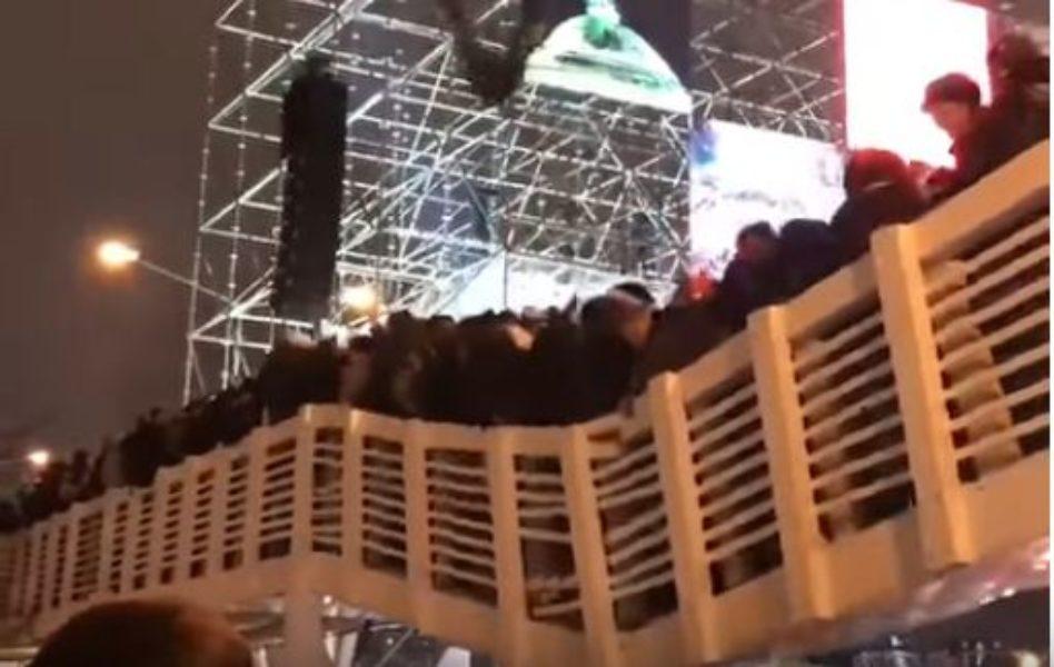 Мәскәүдә кешеләр җыелышып басып торган күпер җимерелә [видео]